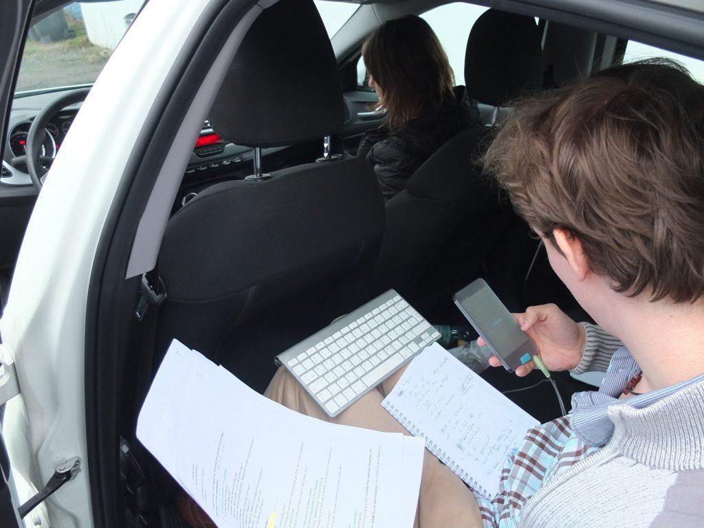 Setup des Nutzertest: Ein Teamitglied auf der Rückbank leitet durch den Test